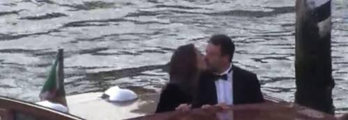 Salvini arriva alla Mostra del Cinema a Venezia, il bacio con Francesca Verdini sul motoscafo
