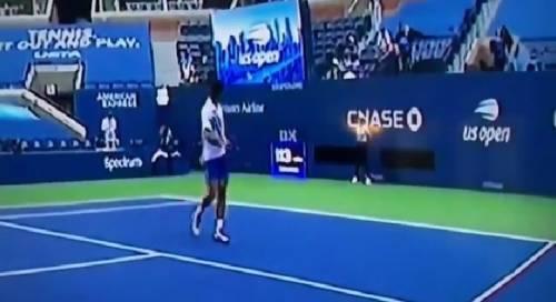 Djokovic colpisce la giudice di linea con una pallina: fuori dagli Us Open