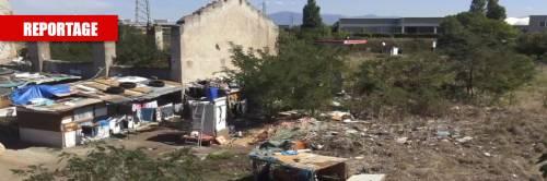"""Quel rudere trasformato in campo rom: """"Dateci soldi per tornare in Romania"""""""
