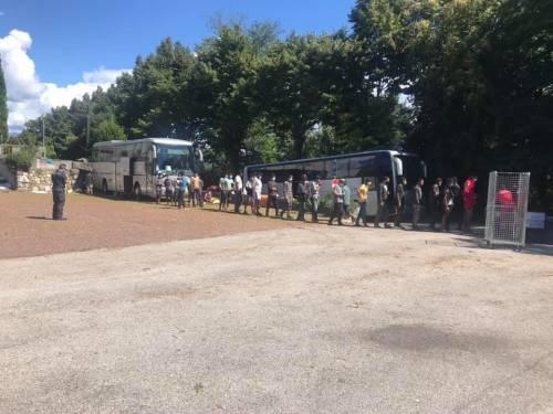"""Ora spuntano i bus quarantena I migranti: """"Noi dormiamo qui"""""""