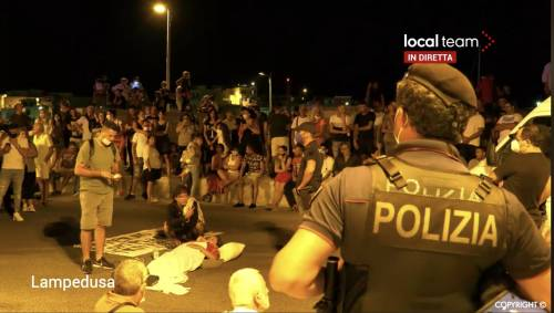 Ripresi sbarchi a Lampedusa: cittadini a terra per impedirli
