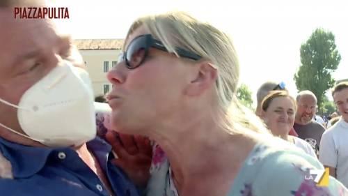 """L'ex 5S prova a baciare giornalista per strada: """"Mascherina non serve"""""""
