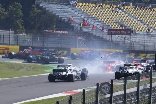 Formula Uno, incidenti a ripetizione al Mugello. Doppietta Mercedes, male le Ferrari