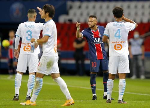 """""""Chiudi la bocca scimmia"""". E Neymar sferra un pugno a Gonzalez"""