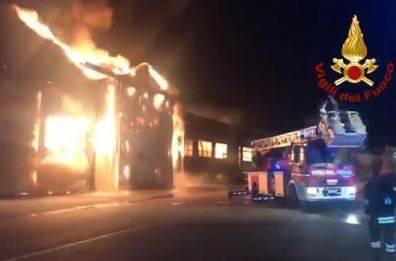 Vasto incendio nel porto di Ancona 2