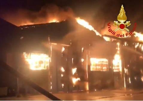 Vasto incendio nel porto di Ancona 3