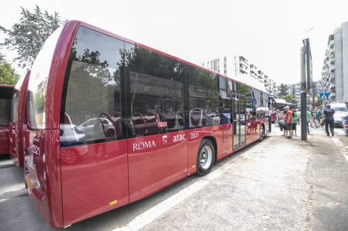 I bus cambiano colore: da rossi diventano gialli per sponsorizzare il M5s