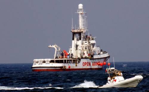 Tuffo in mare col salvagente. Così le Ong ci rifilano i migranti