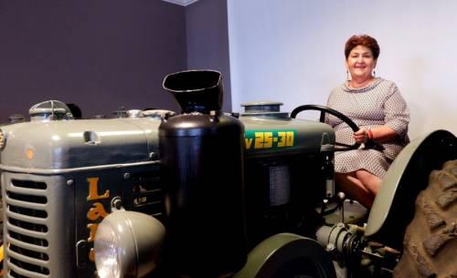 Lo scivolone della Bellanova: in posa sul trattore a lodare i suoi stessi flop