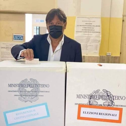 La 'gaffe' del dem al voto: infila nell'urna la sua tessera elettorale