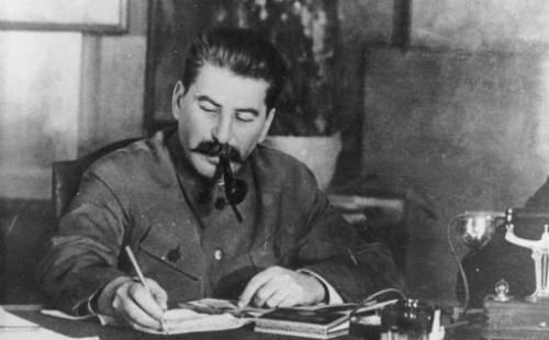 La sinistra ama i dittatori. Folle piazza comunista