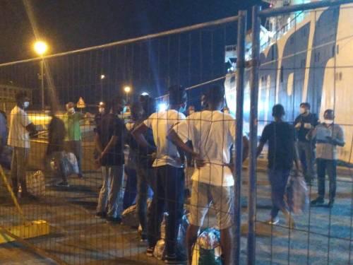 """""""Scaricati"""" in porto da nave quarantena, 500 migranti vagano per Agrigento"""
