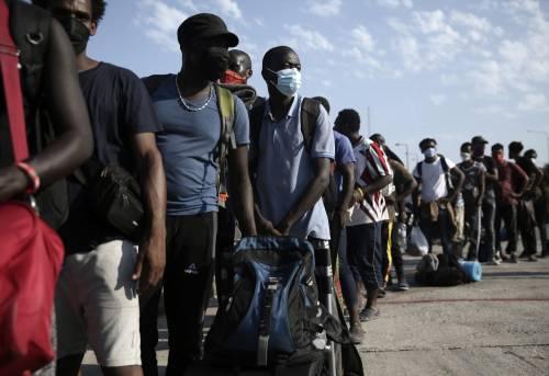 Immigrati con le tasche piene: assegno e paga da 1500 euro