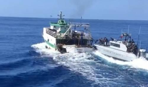 Lampedusa, battaglia navale e spari: peschereccio tunisino sperona la Gdf