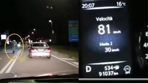 Di notte e senza casco: la folle corsa del monopattino a 80 km all'ora