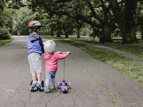 """Vanno in monopattino, multati a soli 4 e 6 anni: """"Intralciano il traffico"""""""