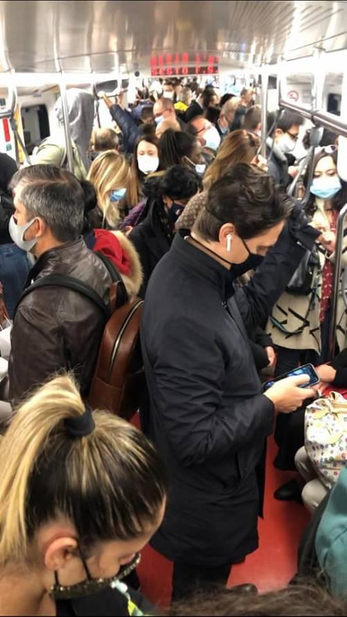 Il sindaco Sala fa la morale ai milanesi ma in metrò ora si viaggia assembrati