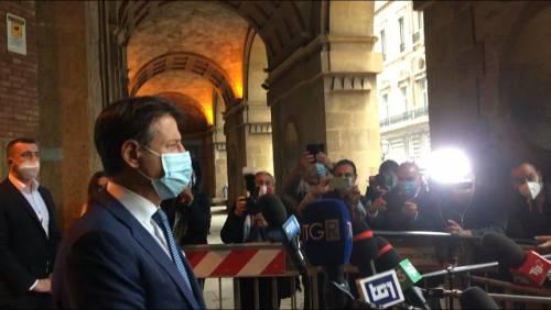 Taranto, nessun distanziamento tra i giornalisti per le interviste a Conte