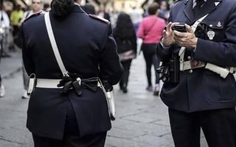 Vigili urbani fanno sesso in auto e lasciano la radio accesa: e se fosse un ricatto?