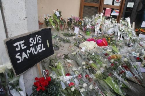 Il professore condannato da una spiata sui social  Charlie Hebdo in piazza