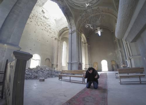 I preti al fronte benedicono i cristiani combattenti