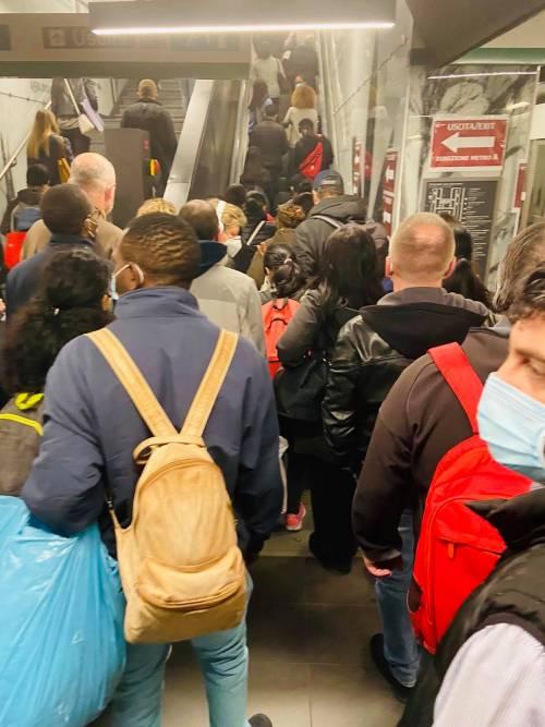"""Ressa sulla metro a Roma, Salvini: """"Poi chiudono palestre e cinema..."""""""