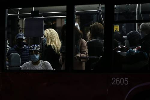 Bus e mezzi pubblici strapieni. Pure M5s si sveglia: ora basta