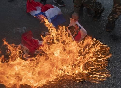 Il mondo islamico contro la Francia. Proteste dall'Indonesia al Kuwait