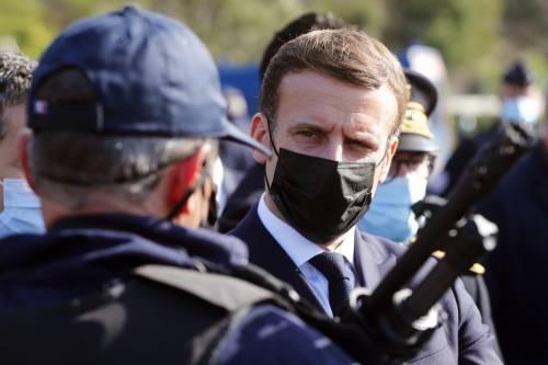 """Il governo approva la legge """"anti-islam"""". Ma Macron cede sulle forze dell'ordine"""