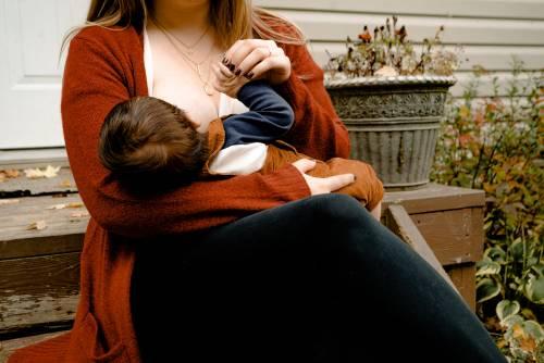 Tumore al seno: più protezione con l'allattamento
