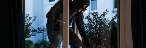 Professore sta facendo la videolezione: i ladri gli entrano in casa in diretta