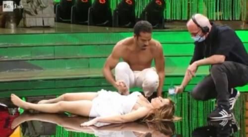 Malore in diretta per Alessandra Mussolini: si accascia in pista dopo l'esibizione