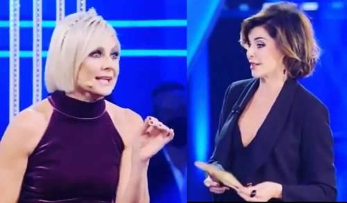 """""""Hai una certa età"""", """"Dici solo volgarità"""". Lite in tv tra Antonella Elia a Alba Parietti"""