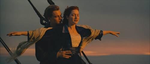 Provano a replicare la scena del Titanic. Muoiono affogati