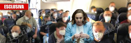 Covid, il volo choc per 20 ore: poliziotti ammassati coi migranti