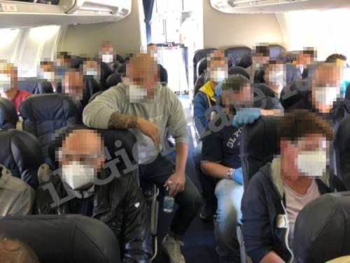 Covid, agenti e migranti assembrati in aereo 3
