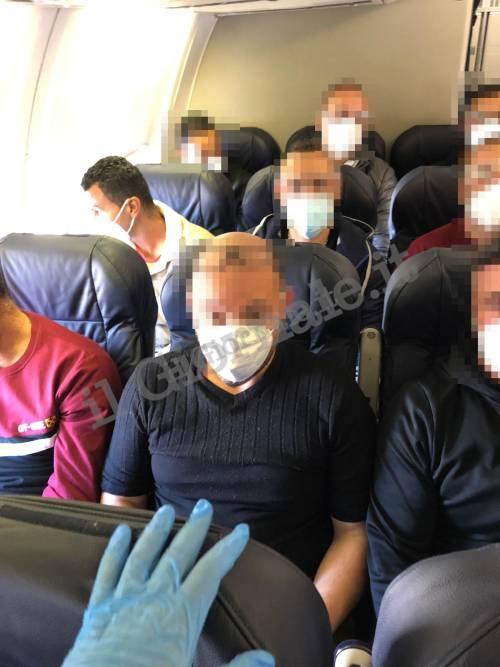 Covid, agenti e migranti assembrati in aereo 4