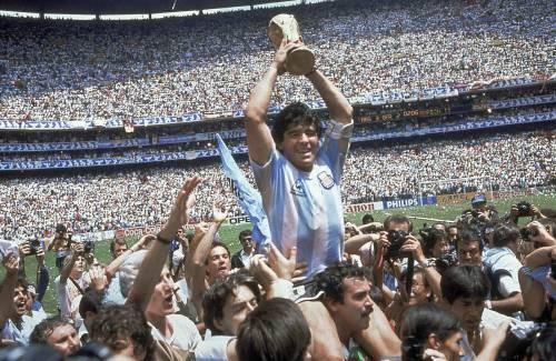 """È morto Maradona. Il """"Pibe de oro"""" incantò il mondo"""
