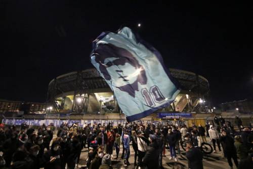 Napoli piange il suo mito Diego Armando Maradona 4