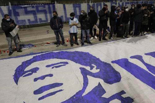 Napoli piange il suo mito Diego Armando Maradona 9