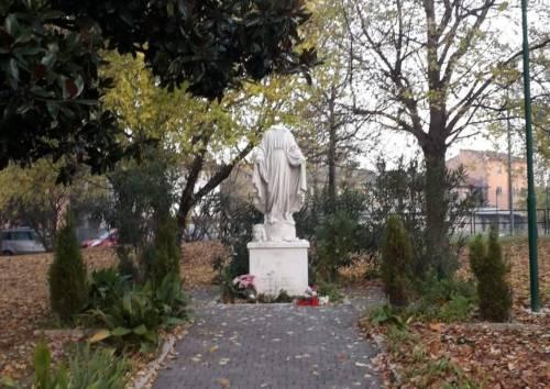 Quel gesto choc del rifugiato: decapita statua della Madonna