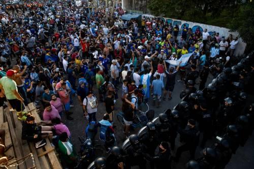 La foto choc con la salma di Maradona: licenziati i responsabili