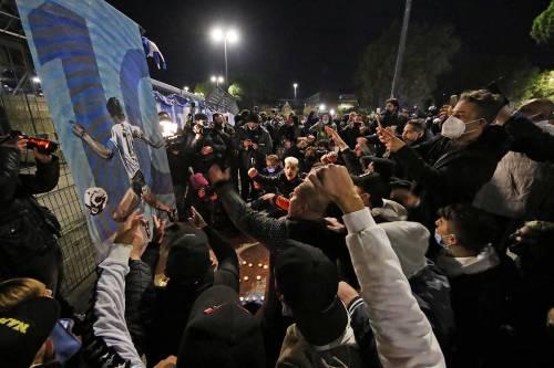 Assembramenti a Napoli per Maradona