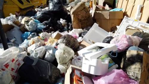 Palermo sommersa dai rifiuti: materassi e motorini in discarica 2