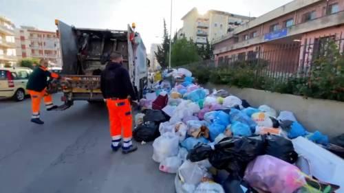 Palermo sommersa dai rifiuti: materassi e motorini in discarica 3