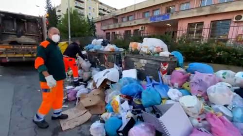 Palermo sommersa dai rifiuti: materassi e motorini in discarica 4