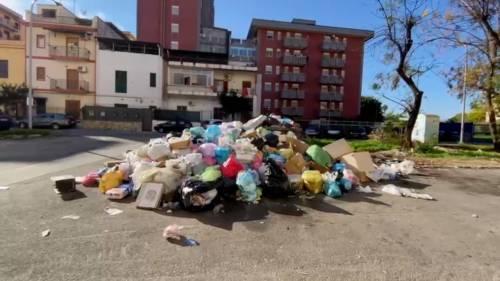 Palermo sommersa dai rifiuti: materassi e motorini in discarica 5