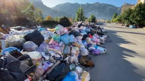 Palermo sommersa dai rifiuti: materassi e motorini in discarica 8