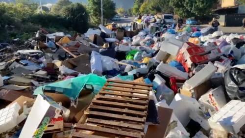 Palermo sommersa dai rifiuti: materassi e motorini in discarica 9