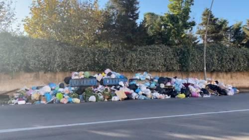 Palermo sommersa dai rifiuti: materassi e motorini in discarica 10